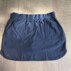 NWOT M fitness skirt with back and front pockets
